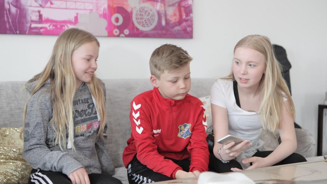 Lila Pauline (12), Leonard (11) og Ava Emilie (15) Fageraas forteller hvordan de bruker mobilbanken Spink.