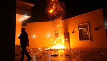 Det amerikanske konsulatet i Benghazi, Libya, står i brann