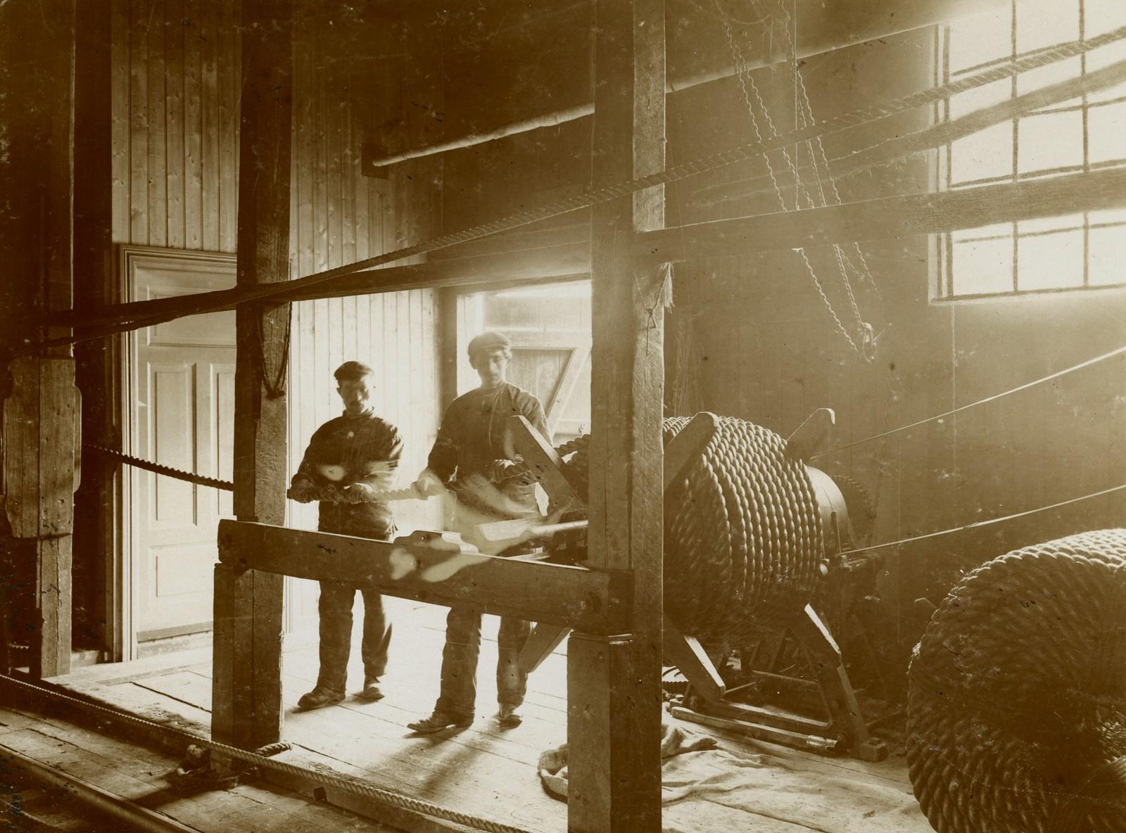 Taukveil. To menn i arbeid. 1910 (før brannen). Fotograf Th. Larsen.