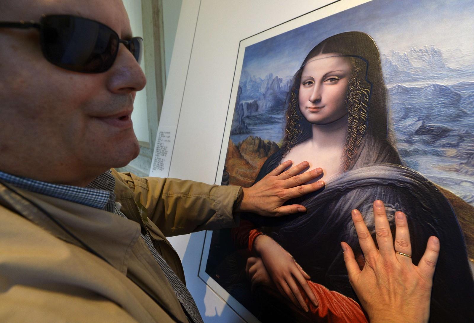 Blinde Jose Pedro Gonzalez tar på en replika av Da Vincis Mona Lisa. En ny teknikk hevder å tilby mer volum og dybde, og Prado-museet i Madrid tilbyr flere slike versjoner av berømte bilder til glede for svaksynte besøkende.