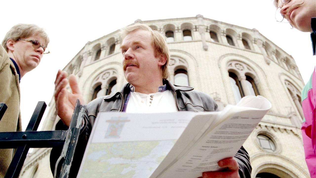 Kurt Oddekalv snakker med journalister utenfor Stortinget. Norges Miljøvernforbund presenterte sin gasskraftmelding - en miljømessig, økonomisk og politisk strategiplan for norsk gasskraft inn i år 2000.