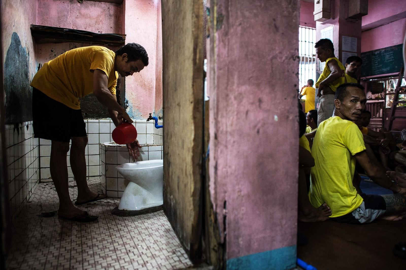 Toalettene i Quezon City-fengselet tømmes ved at man tømmer en bolle vann i doskålen.
