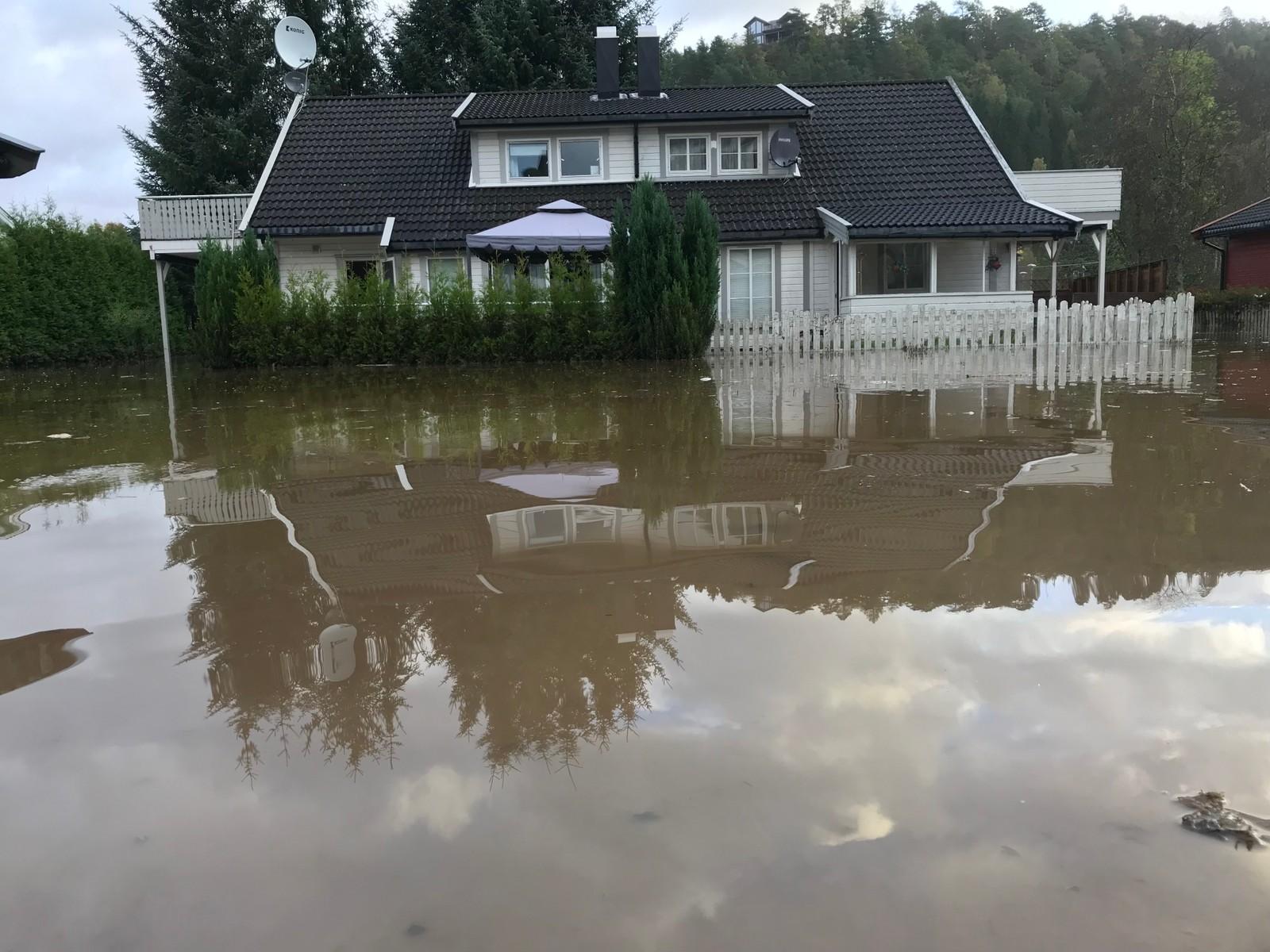 AGDER: Vann og skitt har kommet inn i husene i det flomrammede området i Lyngdal i Vest-Agder.