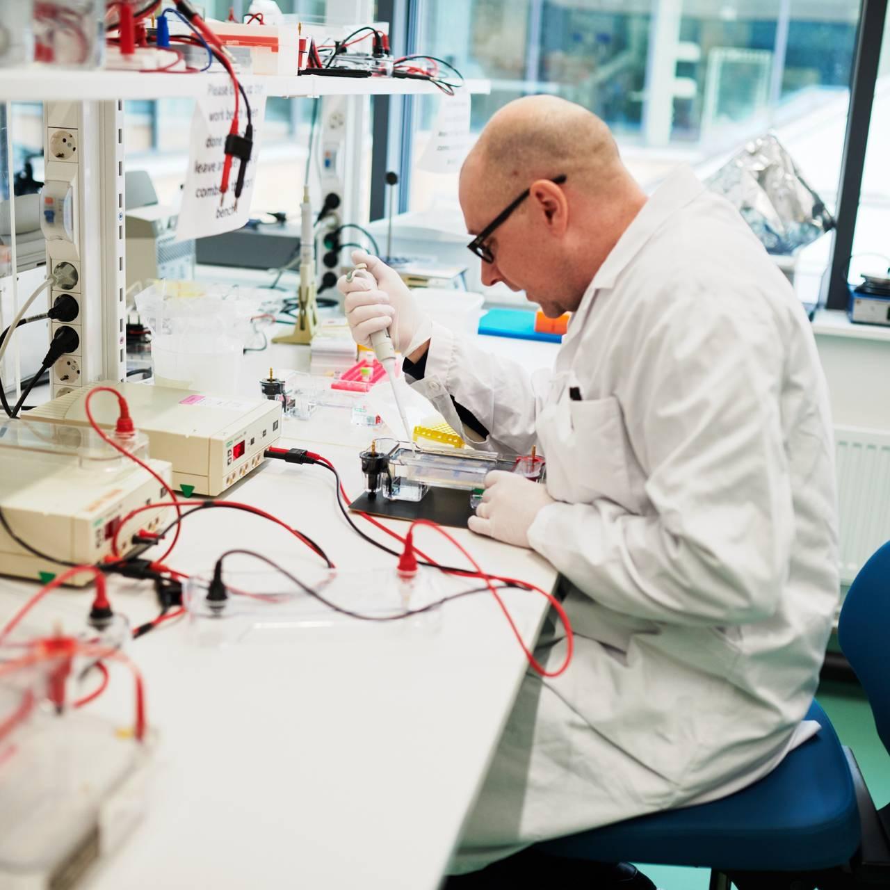 På Karolinska Institutet er de i gang med å utvikle en DNA-vaksine mot koronaviruset.