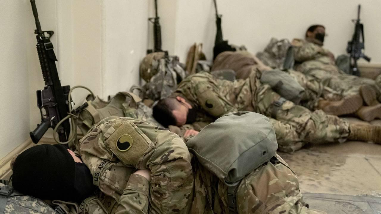 Soldater hviler i besøkssenteret i Kongressen