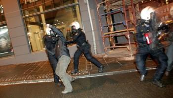 Politiet hodt motdemonstranter unna