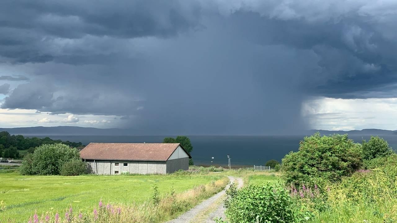 Mørke skyer og regn over Trondheimsfjorden. Bildet er tatt fra Frosta.