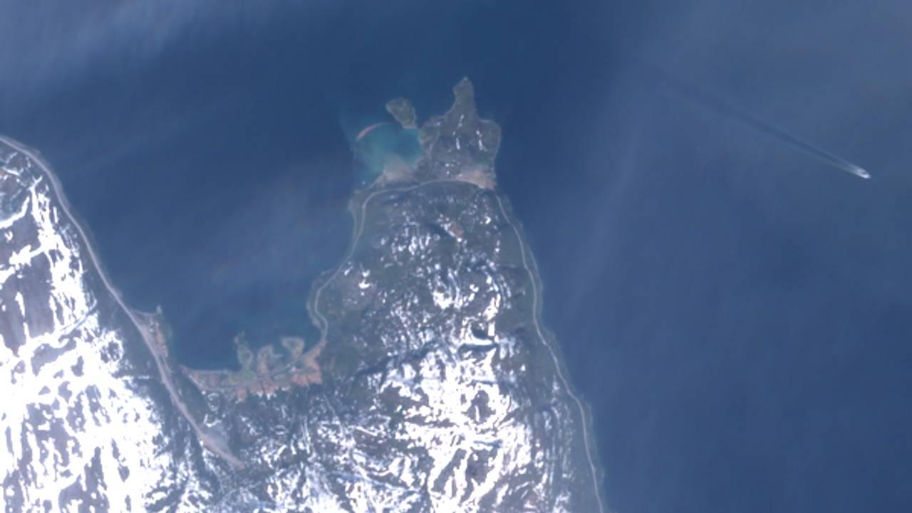 Kråknes i Alta før og etter skredet onsdag 3. juni. Bildene er hentet fra Nasjonalt bakkesegment for satellittdata.
