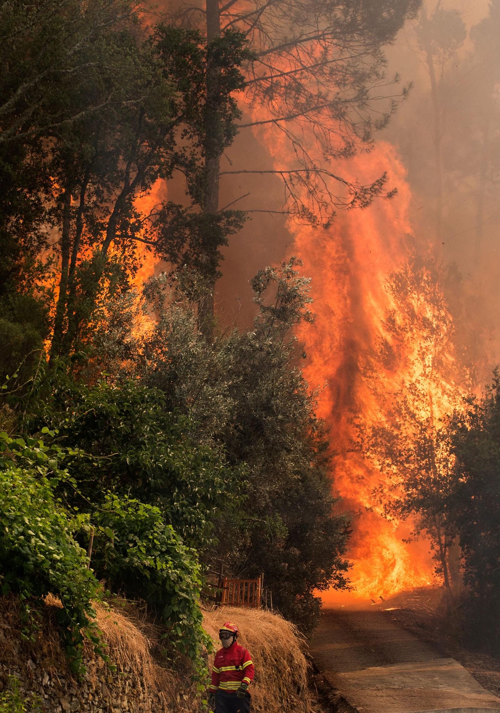 En brannmann går inn mot brannen.