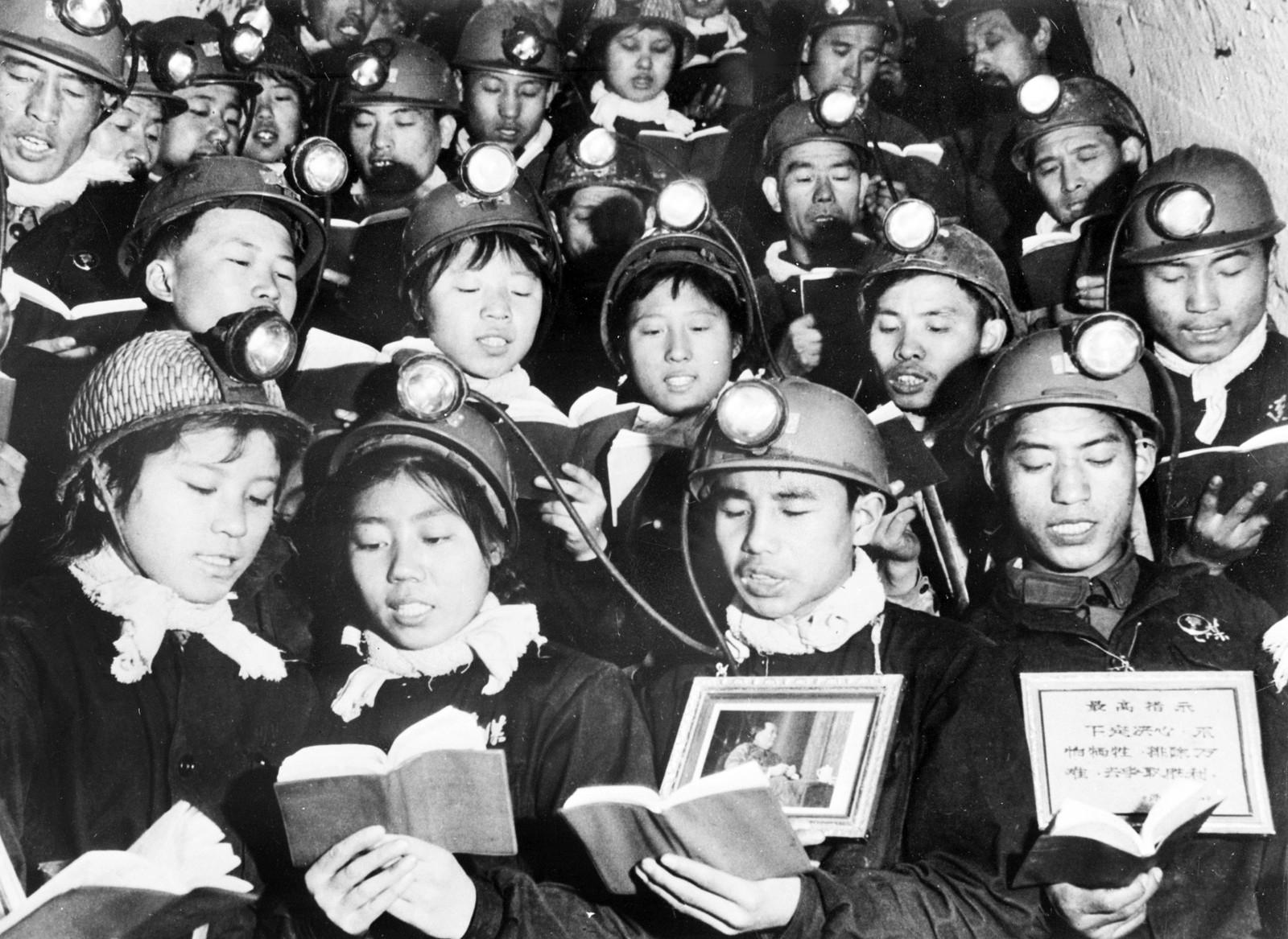 Kullgruvearbeidere med «Maos lille røde» under kulturrevolusjonen.