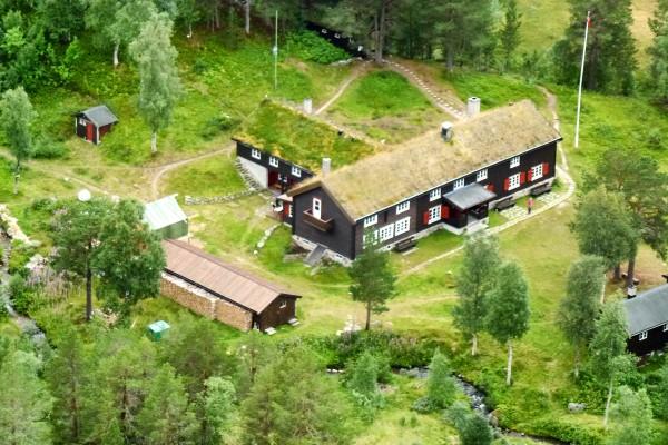 Trollheimshytta ligger midt i hjertet av Trollheimen. - Foto: Jonny Remmereit