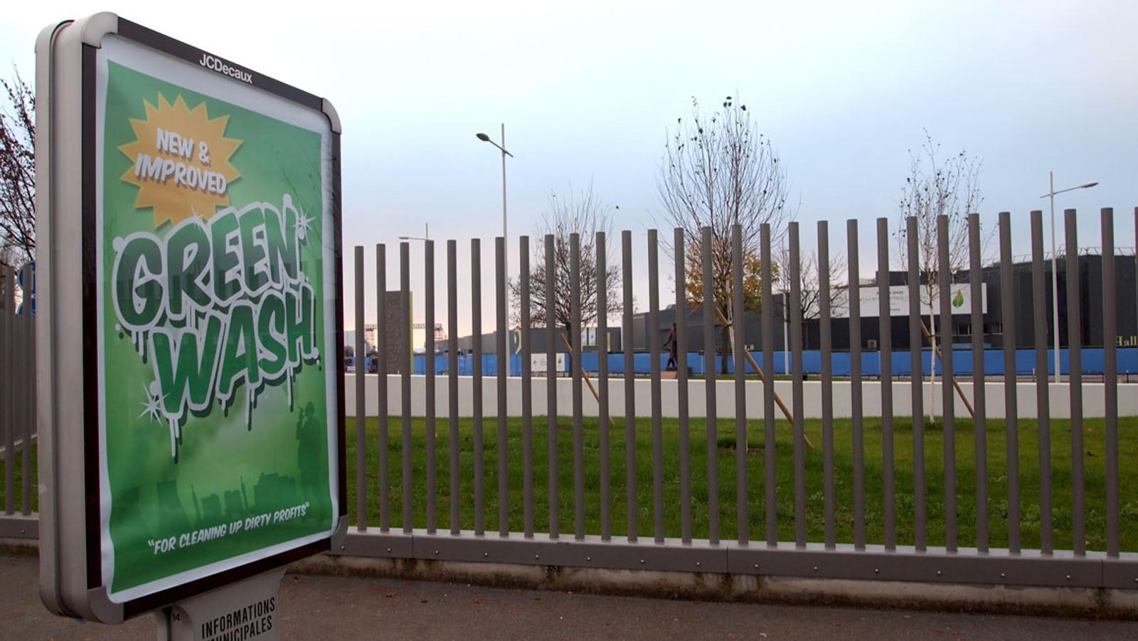 GREEN WASH: Flere av plakatene har som mål å se ut som normale reklameplakater for, som vist her.