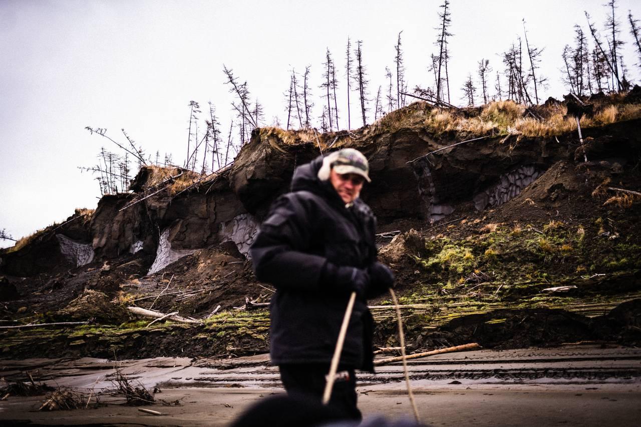 Nikita Zimov trekker en båt på land.