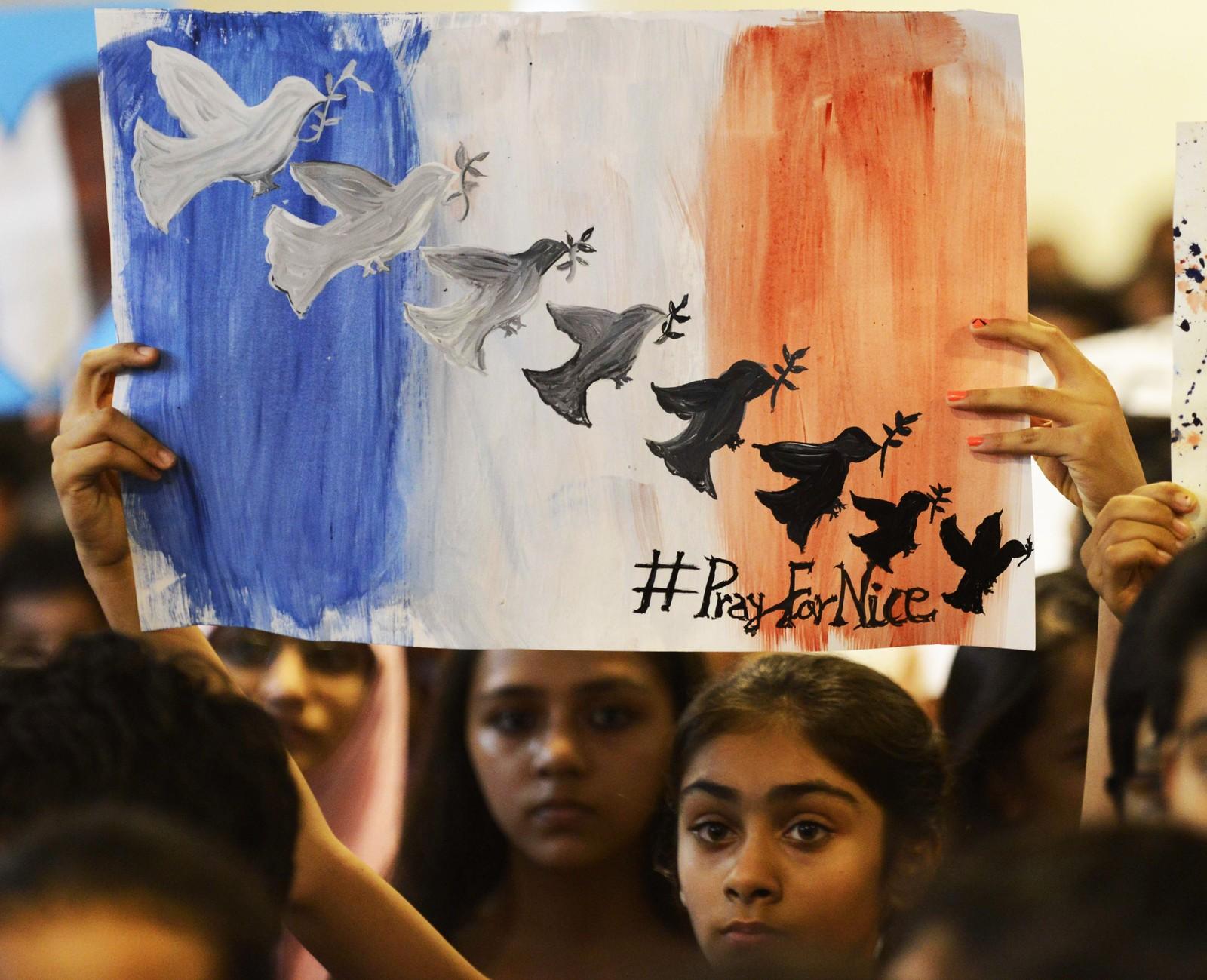 Studenter på den internasjonale Mahatma Gandhi- skolen i Ahmedabad i India holdt en minnestund for ofrene i Nice.