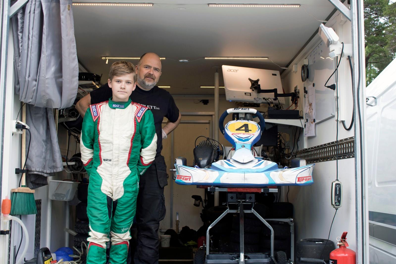 KOM LANGT: William Lynum Lund (12) køyrer for KNM Andebu. Her er han saman med pappa, og mekanikar, Henrik Lund.