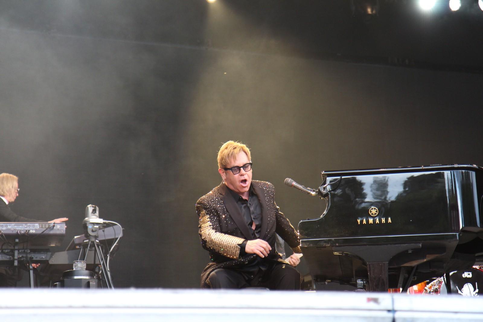 Elton John har med seg heile bandet sitt til Trondheim.