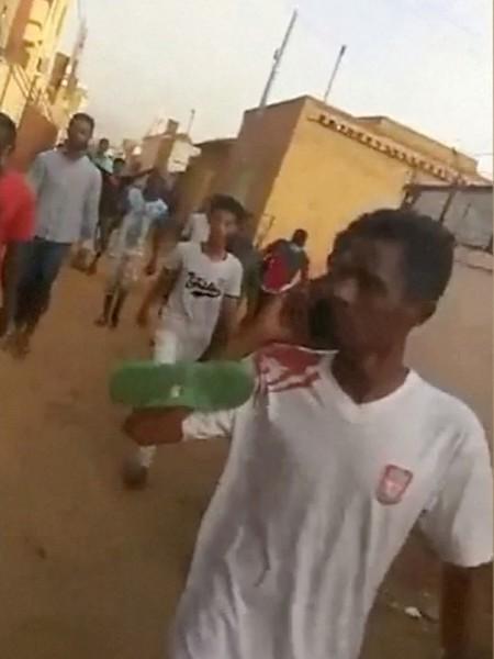 Demonstranter flykter fra leiren i Khartoum som soldater forsøker å bryte opp