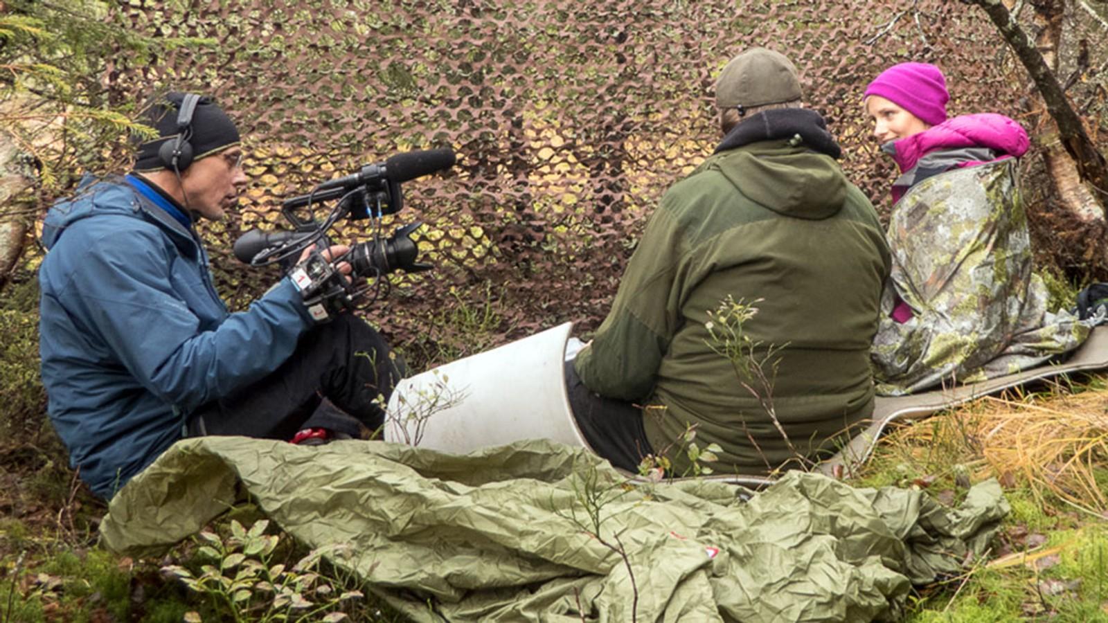 Anne Rimmen spionerer på Lars Monsen under innspillingen. Det er den eneste gangen Monsen blir filmet av andre underveis på turen.