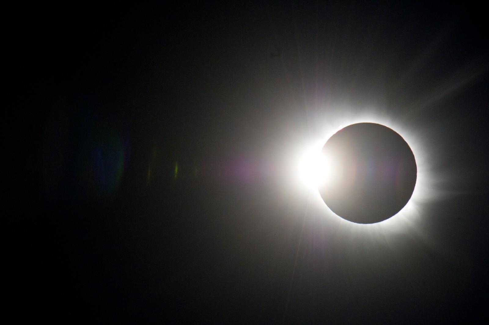 Total solformørkelse i Longyearbyen på Svalbard fredag formiddag