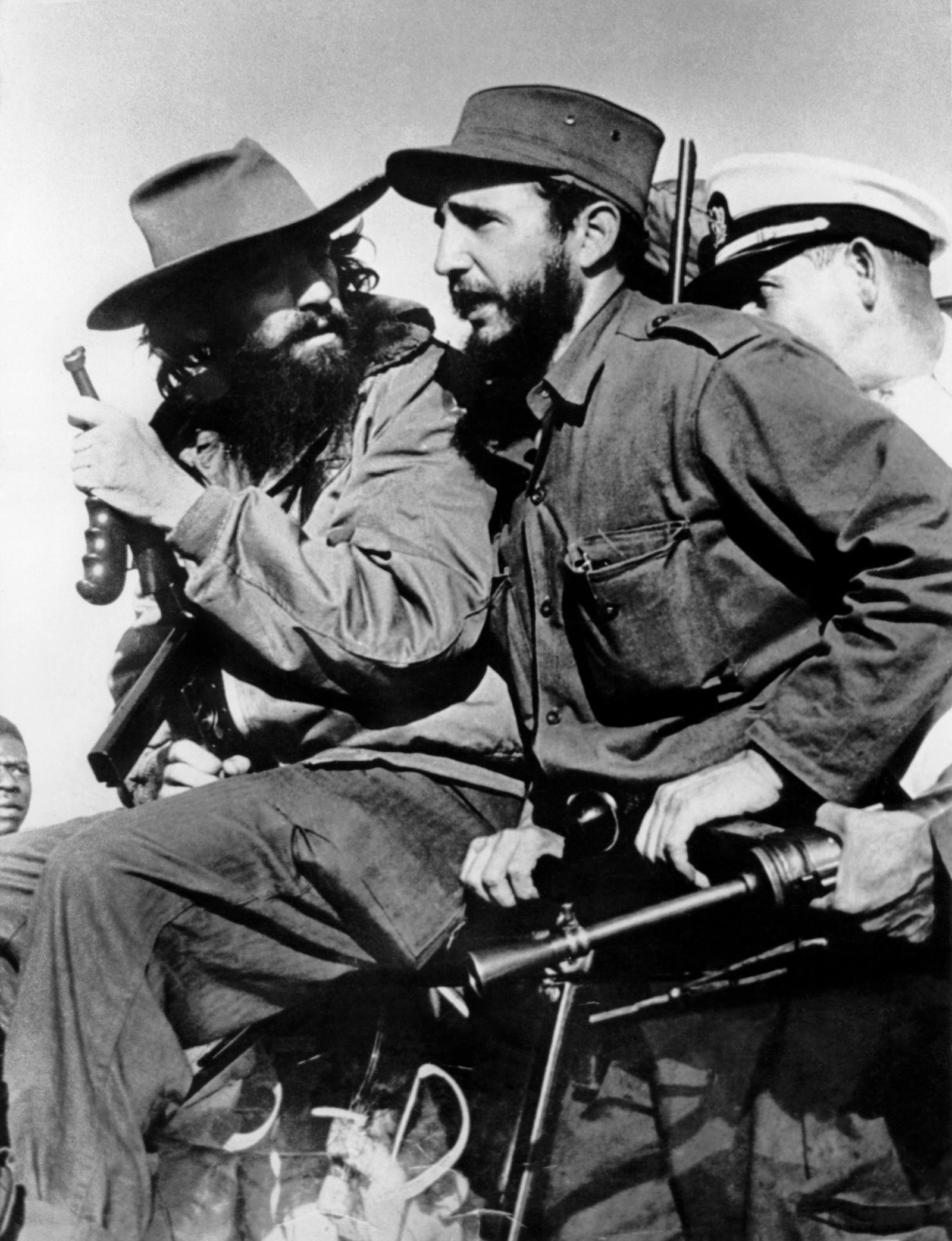 8. januar 1959 inntok Fidel Castro og hans menn Havana etter at diktatoren Fulgencio Batista hadde flyktet. Her er Castro avbildet sammen med Camilo Cienfuegos, en av 26. juni-bevegelsens frontfigurer sammen med Castro og Che Guevara. Cienfuegos omkom i en flyulykke 28. oktober 1959, kun 27 år gammel.