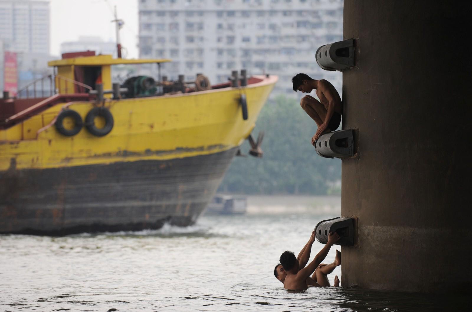 I Han-elva i Hubeiprovinsen badar nokre gutar. Også her er det venta fleire varme dagar i tida framover.