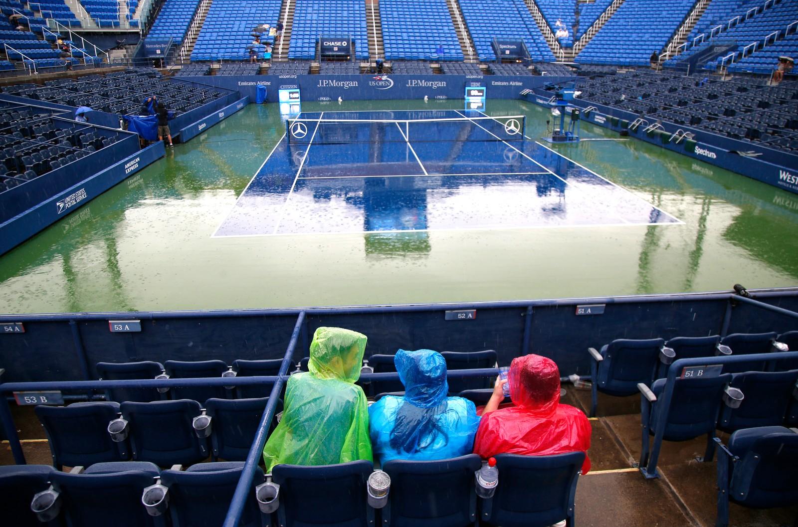 Hvor er alle sammen? Disse optimistene håper regnet skal slutte og at US. Open skal fortsette i New York i USA den 1. september