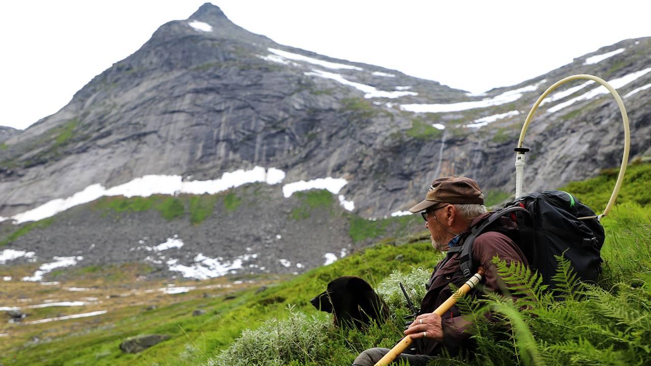 Annfinn Pavall ser utover den rå naturen ved Middagstinden
