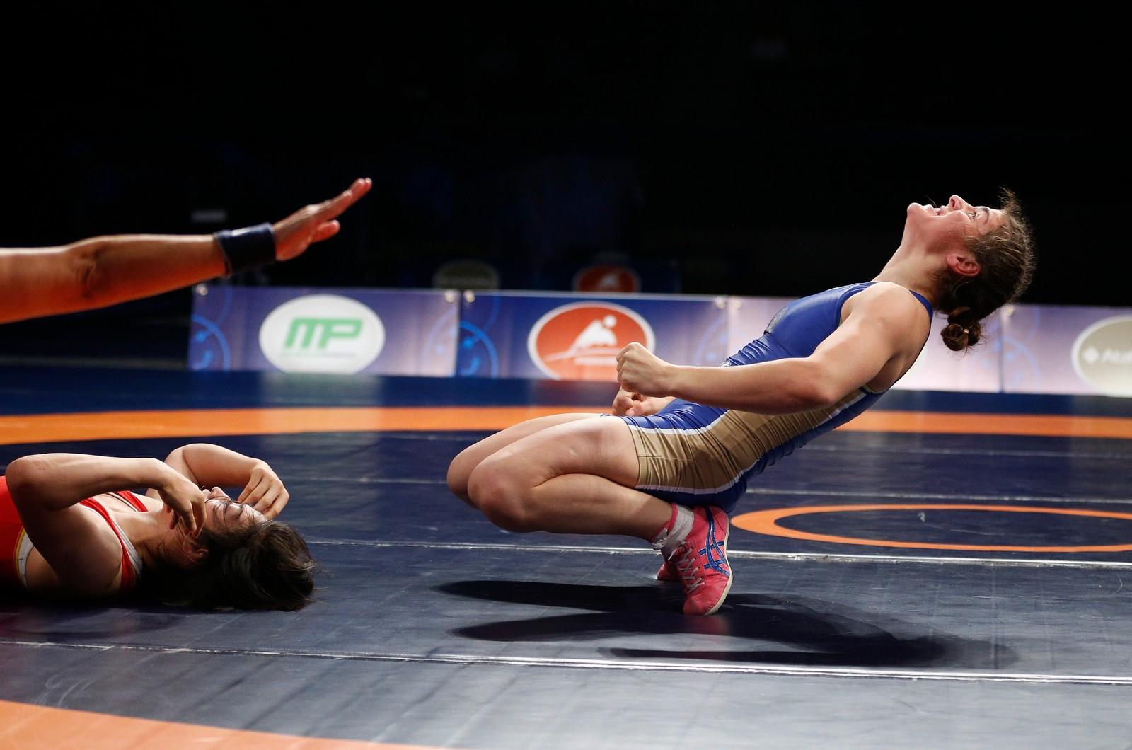 Russiske Natalia Vorobeva jubler over seieren i bryte-VM i Las Vegas. I finalen slo hun kinesiske Zhou Feng i 69 kilo-klassen.