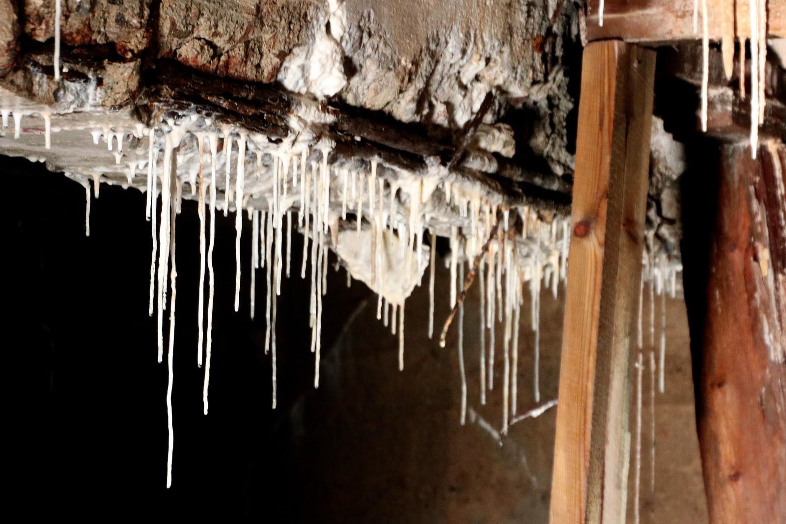 Lange størkna kalkstrimler fra ned fra taket.