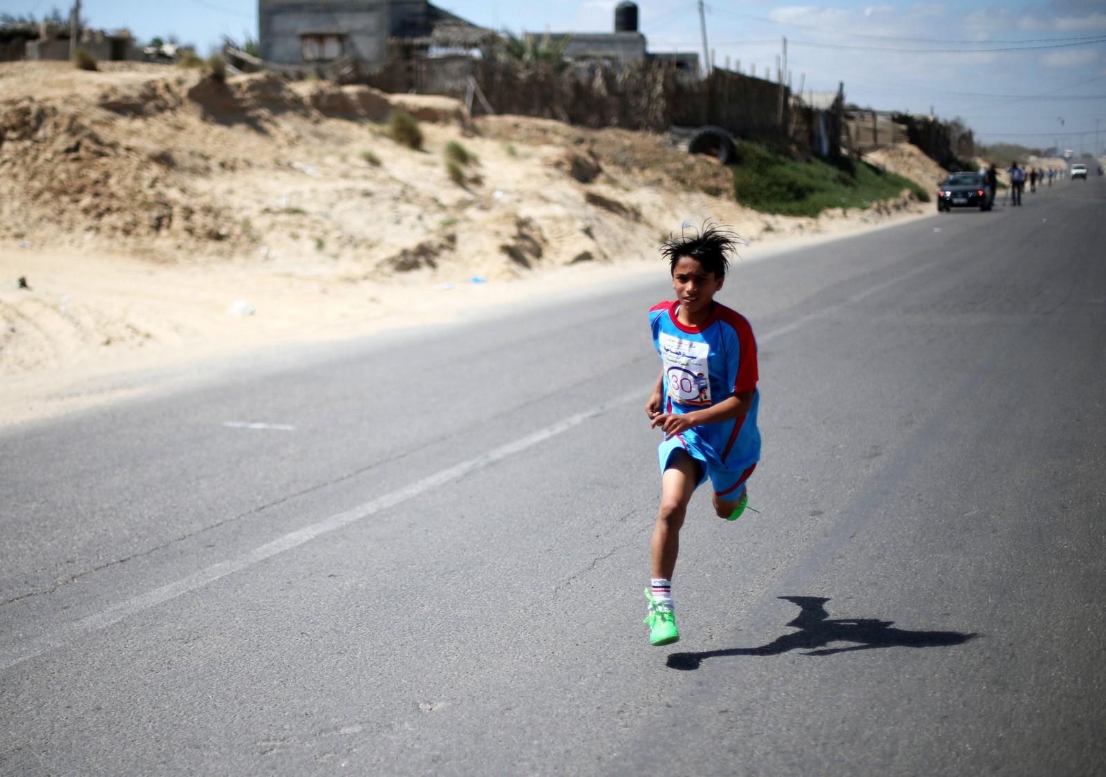 En palestinsk gutt i aksjon under et løp for barn i Khan Younis sør på Gazastripen. Løpet ble arrangert av organisasjonen CFTA.