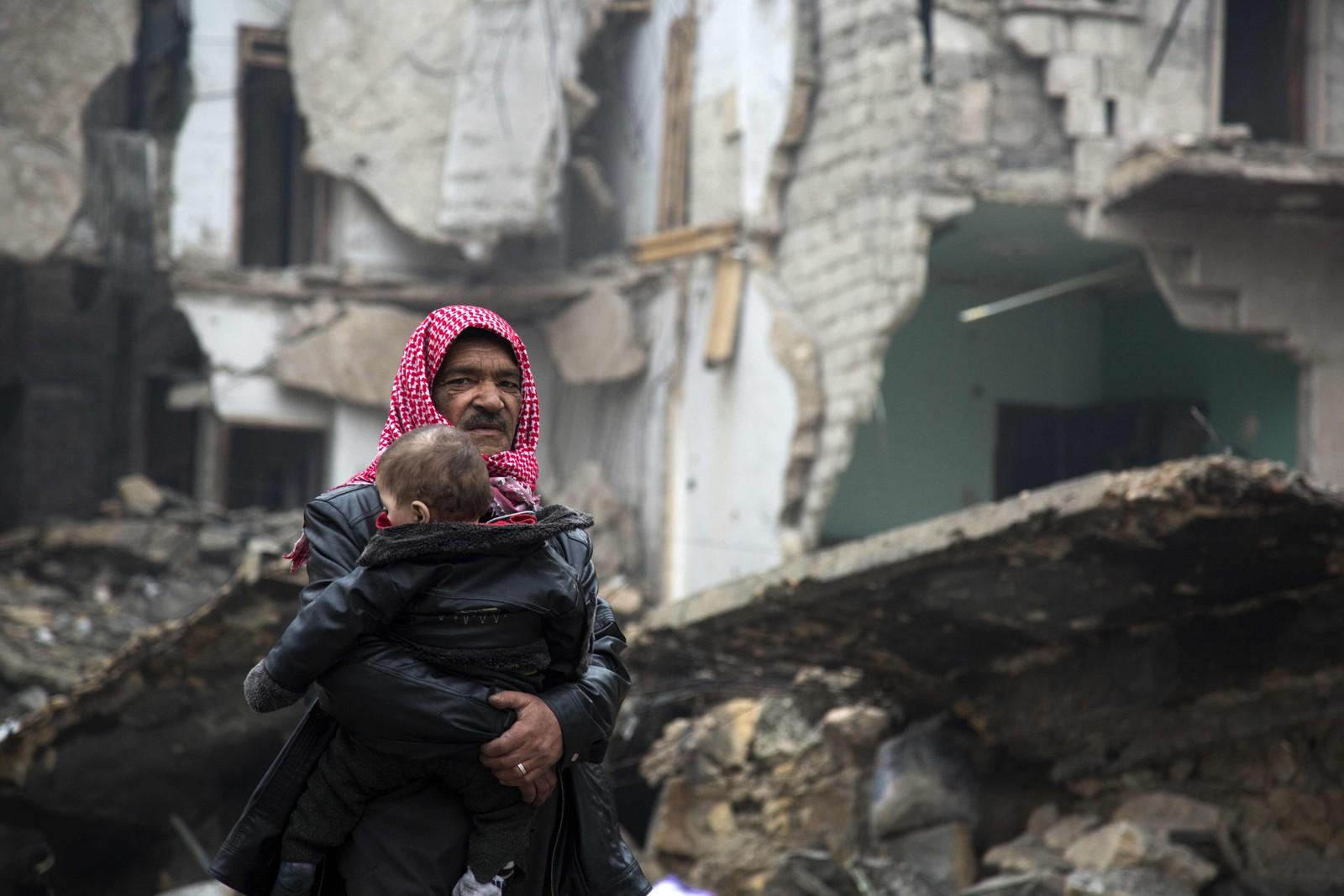 Syrere som flykter fra opprørskontrollerte områder i Aleppo 13. desember.