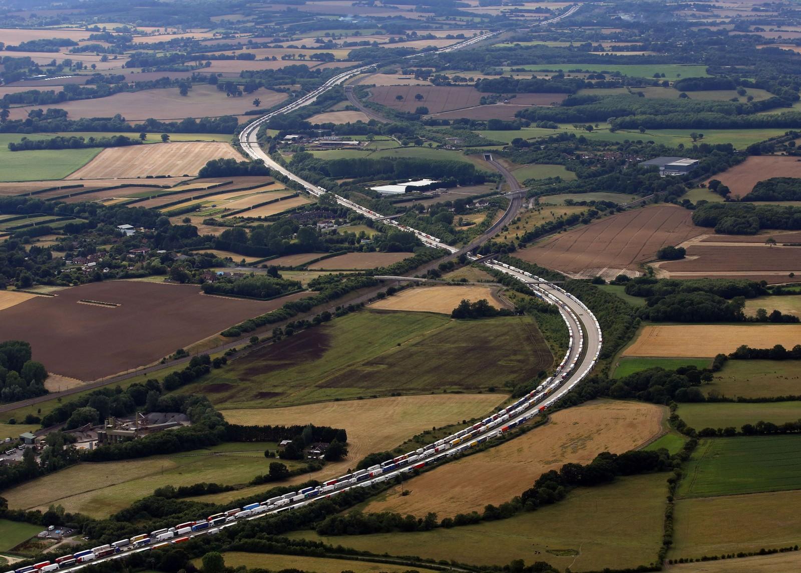 Et luftfoto viser trailere som venter på å bli sjekket før de kjører inn til Eurotunnel-området i England. Bilene skal bli sjekket for uregistrerte migranter.
