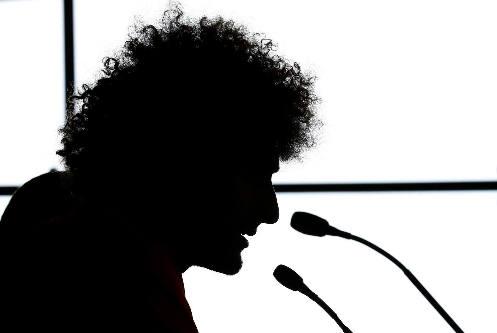 Silhuetten er ikke altfor vanskelig å kjenne igjen. Marouane Fellaini snakker på en pressekonferanse i Manchester.