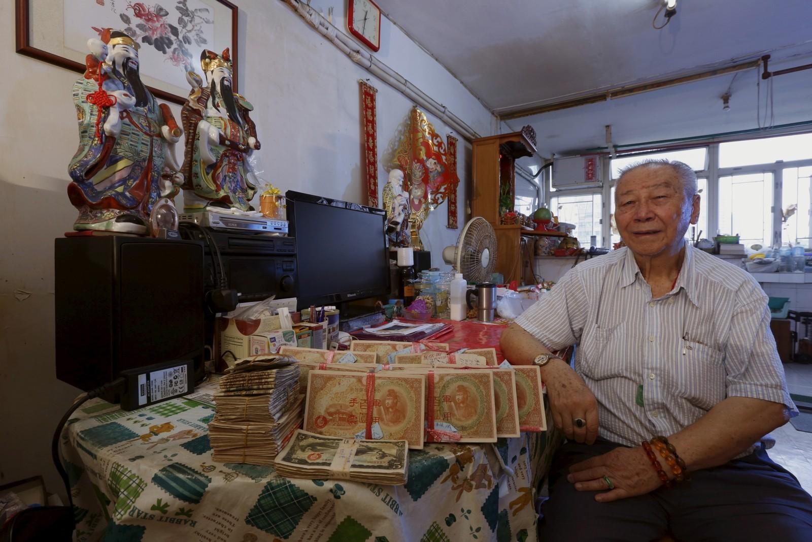 Lam Yin-bun (89) viser fram 110,000 Yen etterlatt fra hans far. Da Japan okkuperte Hong Kong under krigen, ble de tvunget til å veksle inn pengene sine i en japansk militærvaluta. Nå håper han at Japan vil veksle inn pengene i en valuta de kan bruke.