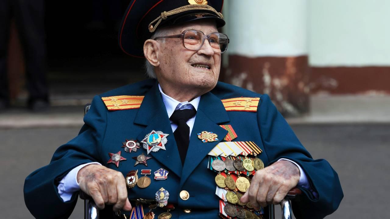 Krigsveteran Nikolay Bagayev forlater sykehuset i Korolyov etter å ha blitt behandlet for covid-19.