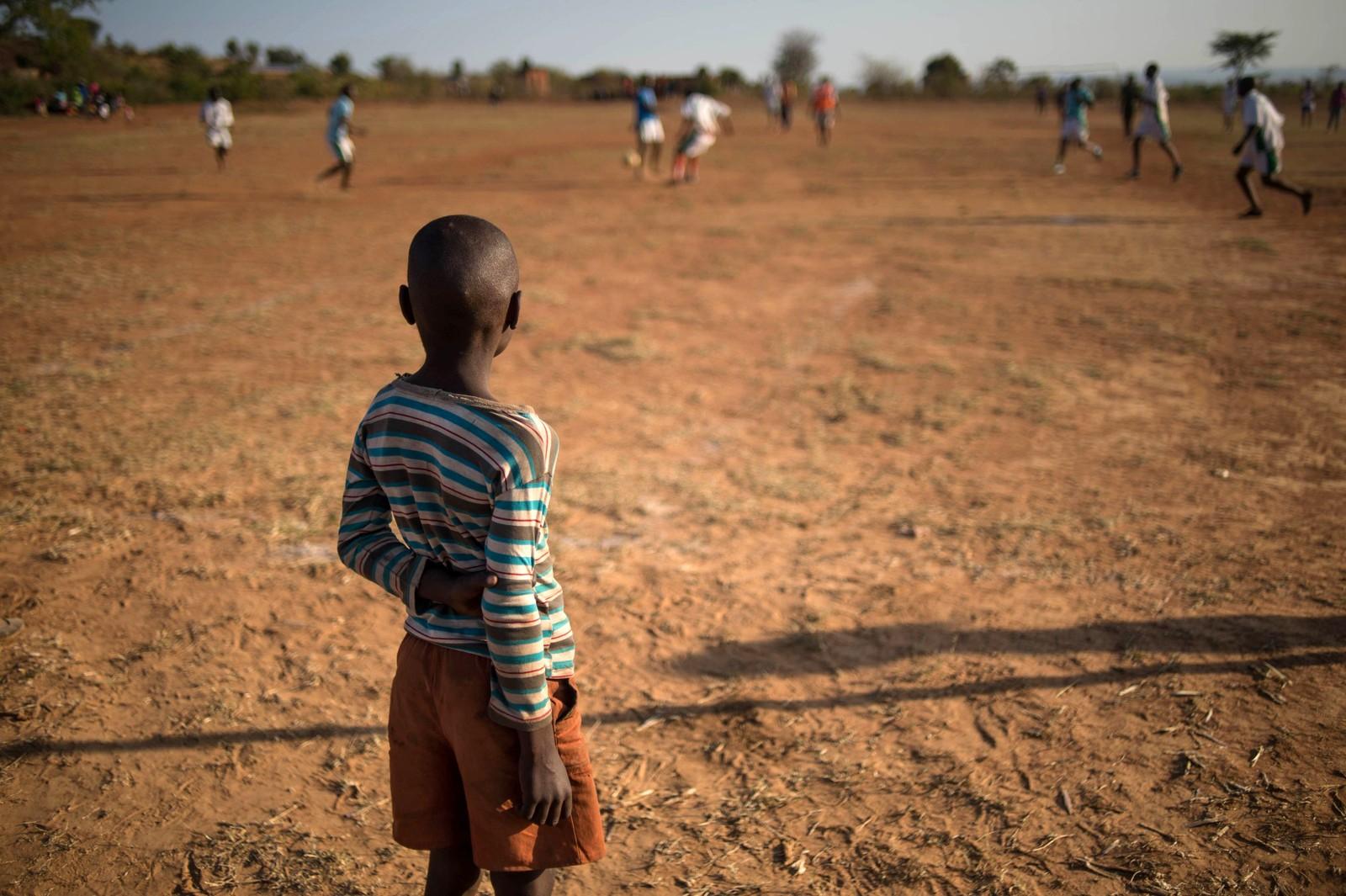 En gutt ser på en fotballturnering i Vuwani i Sør-Afrika. Det var lokalvalg i landet, men Innbyggerne i byen bestemte seg for å boikotte lokalvalget og heller spille fotball for å vise sin manglende interesse. Årsaken til boikotten skal være at myndighetene vil at en del av kommunen skal slås sammen med en del av en annen kommune, Malamulele, for å danne en ny kommune. Bildet er tatt 3. august.