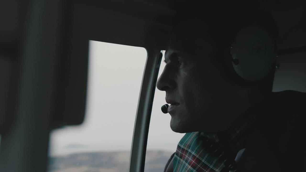 Mr. James sitter i helikopteret