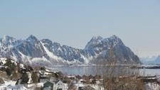 Lillemolla sett fra Svolvær i Lofoten. Her har det gått flere skred i det siste, og ifølge Norges vassdrags- og energidirektorat, kommer skredene sannsynligvis til å fortsette.