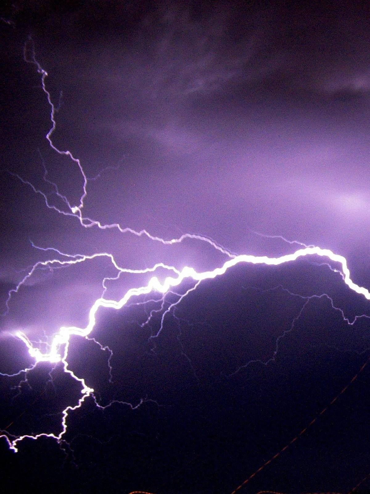 Slik sikrer du deg mot skader etter lynnedslag – NRK Møre og