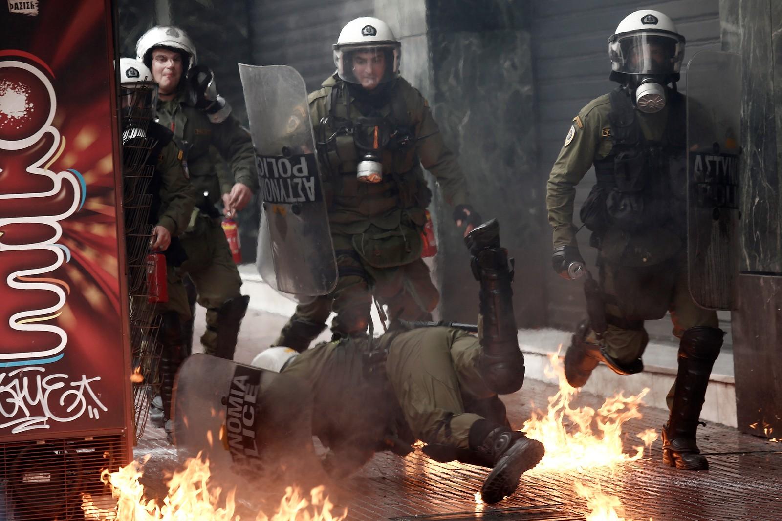 En gresk generalstreik medførte kasting av brannbomber og steiner tirsdag denne uka.