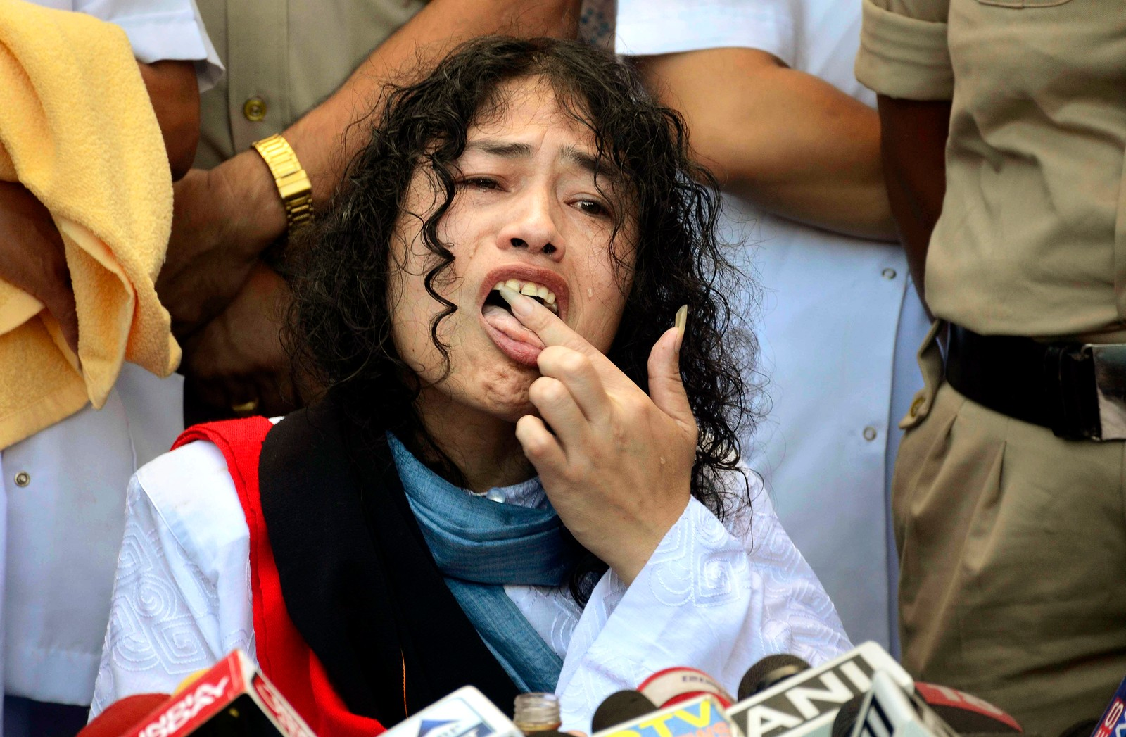 """Den indiske politiske aktivisten Irom Sharmila slikker honning fra fingrene etter å ha sultestreiket i 16 år. """"Jeg kommer aldri til å glemme dette øyeblikket. """", sa hun etterpå. Indiske myndigheter har tvangsforet henne gjennom nesen i alle disse årene. Hun startet sultestreiken som en protest mot en lov som gir indiske militære rett til å skyte mennesker kun basert på mistanke i ustabile områder i India hvor det er unntakstilstand. Bildet er tatt i Manipur den 9. august."""