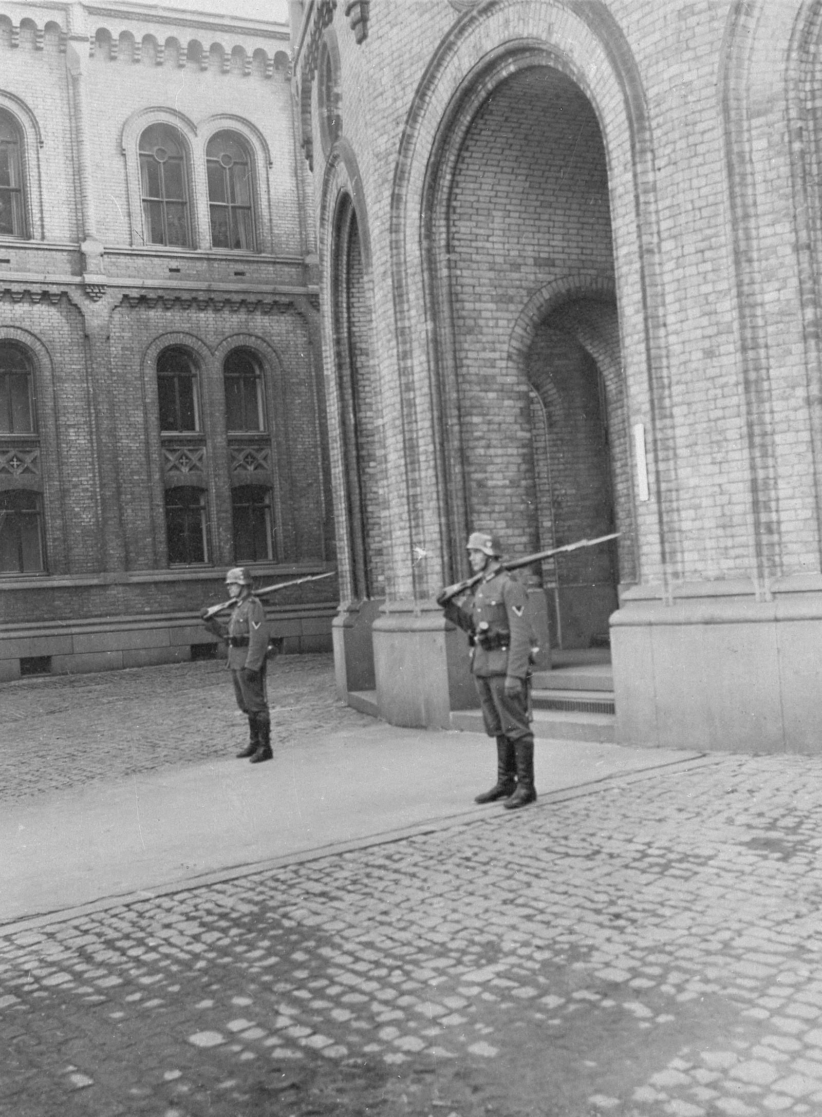Tyske vakter utenfor Stortinget de første dagene etter okkupasjonen.