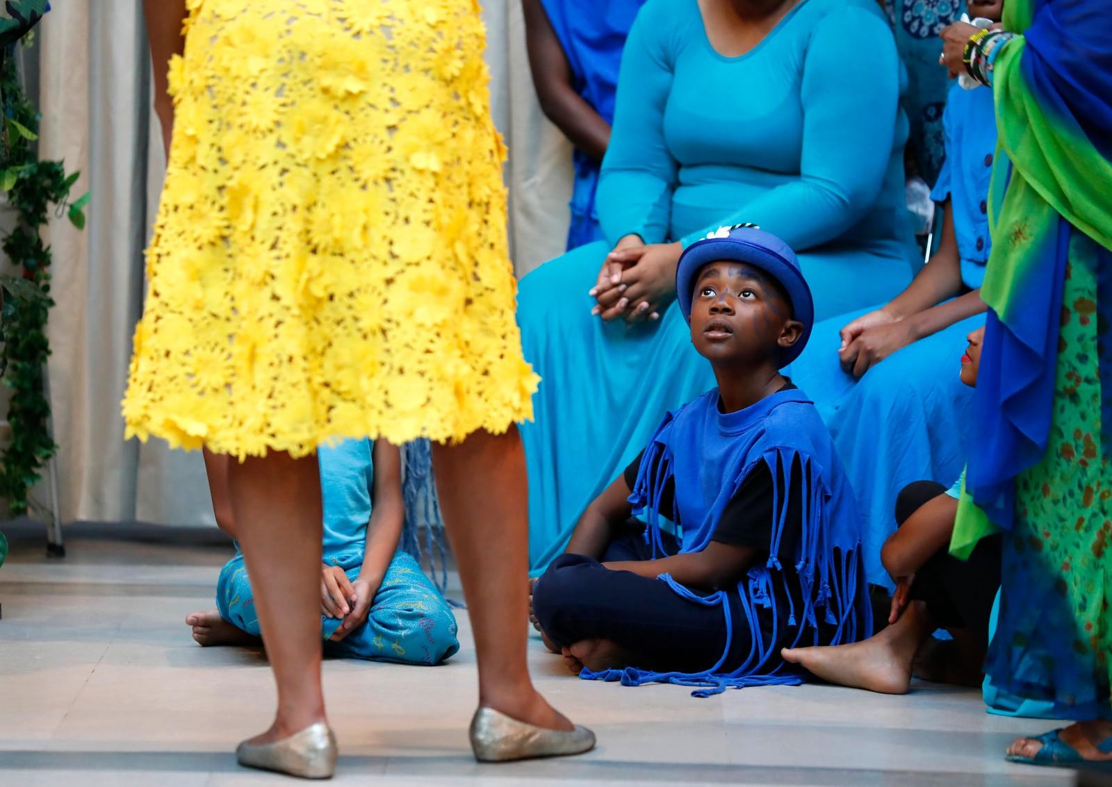 Ti år gamle Andre Tcheffu ser på Michelle Obama etter å ha opptrådt for henne ved Nasjonalgalleriet i Washington DC i USA 2. august. Obama hadde tatt med seg Ho Ching, som er kona til Singapores statsminister Lee Hsien Loong.