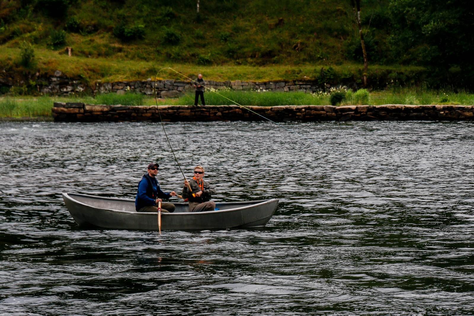 Napp! Medan Torbjørn Espeseth sat i båten kunne han sjå laksen symje i elva under seg. Akkurat her får han ein av dei på kroken.