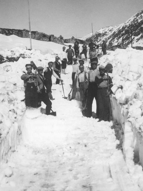 """Det kan verke utruleg i dag, men heilt fram til 1950 var spaden det mest avanserte hjelpemiddelet når Strynefjellsvegen skulle opnast for sommaren. Ukjend fotograf, frå """"Soga om Nordfjord og Sunnmøre Billag 1914-2004""""."""