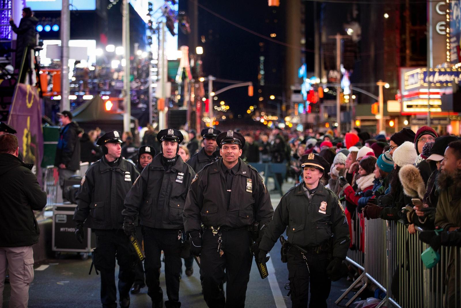Mer enn 6000 politifolk, 500 flere enn i fjor, voktet New Yorks gater under nyttårsfeiringen.