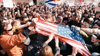 Demonstranter brenner det amerikanske flagget utenfor USAs ambassade i Moskva