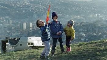 Barn på en bakketopp med utsikt over Sarajevo.