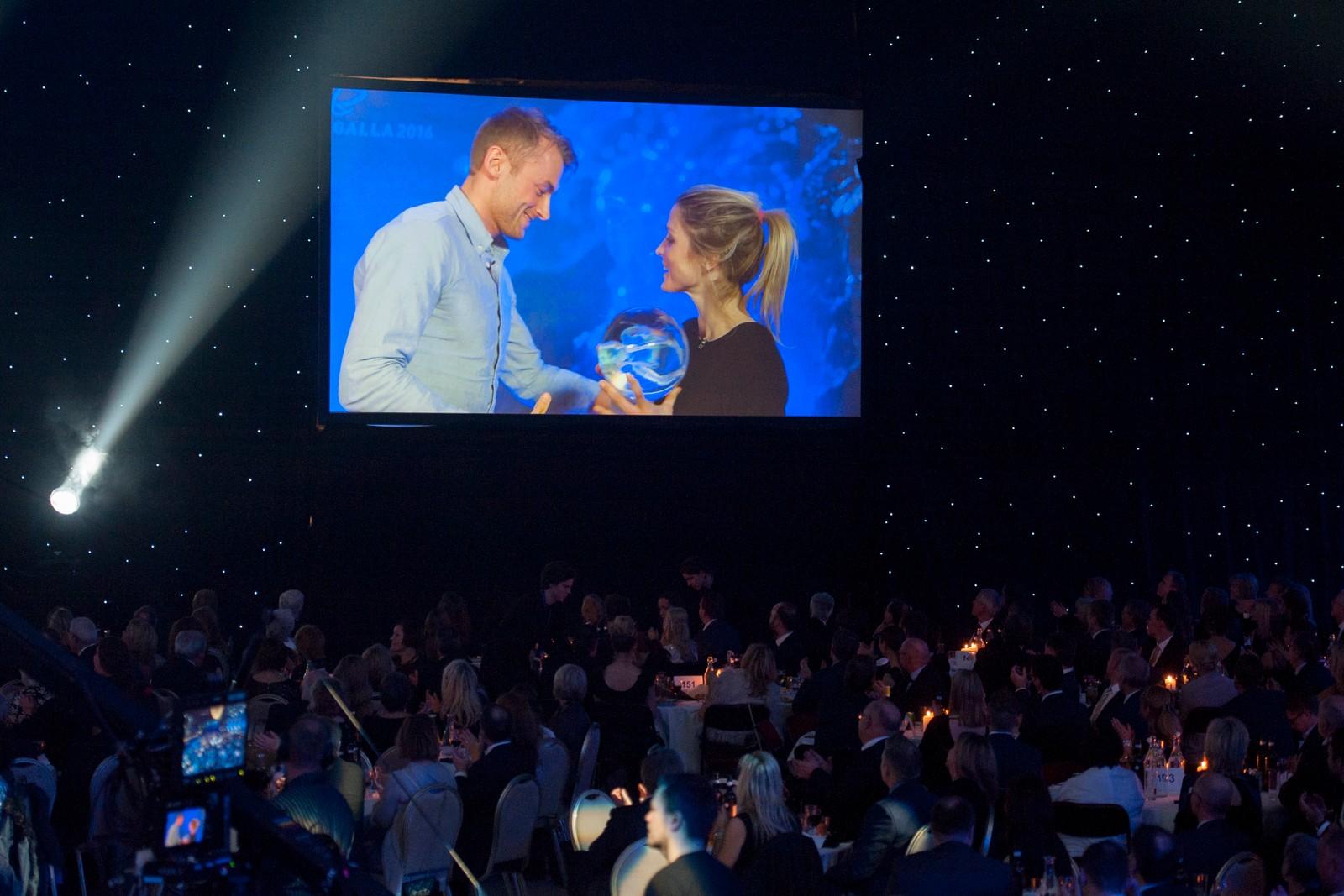 Langrennsløper Therese Johaug mottok prisen for «Årets kvinnelige utøver» fra prisutdeler Petter Northug på storskjerm fra Val Di Fiemme.