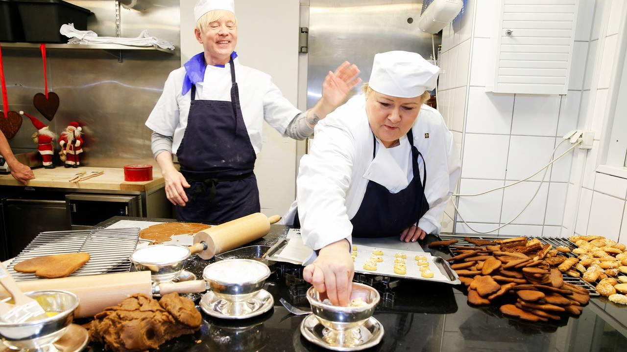 Erna Solberg og Pål Andre Grinderud baker julekaker